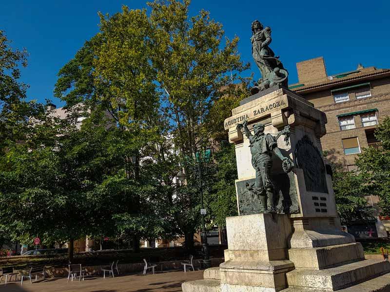 Monumento de Agustina en la plaza del Portillo