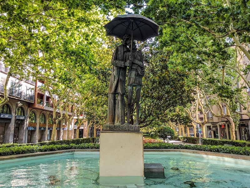 Monumento pareja paseando bajo un paraguas - Paseo Constitución - Zaragoza