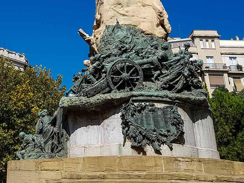 Detalle de figuras de bronce del Monumento a los Sitios de Zaragoza