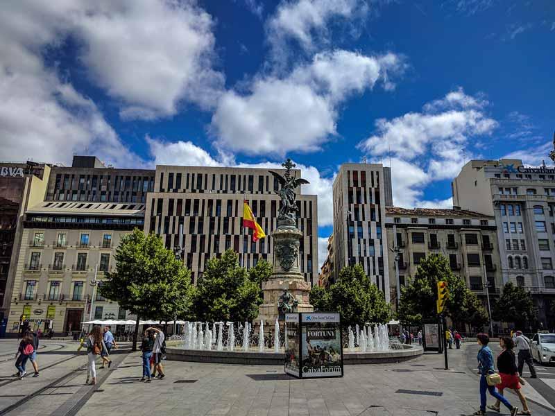 Lado norte de la plaza de España de Zaragoza, edificios del Coso y monumento a los mártires