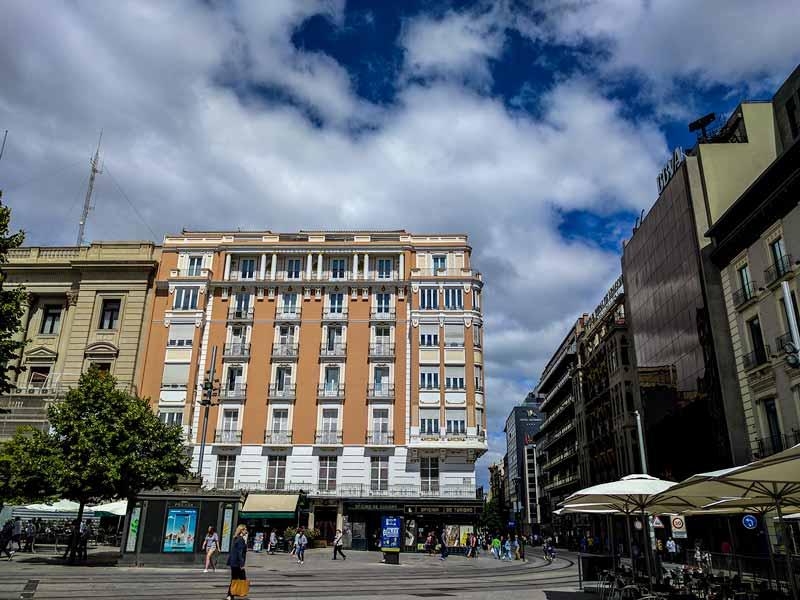 Lado oeste de la plaza de España de Zaragoza, entrada al Coso