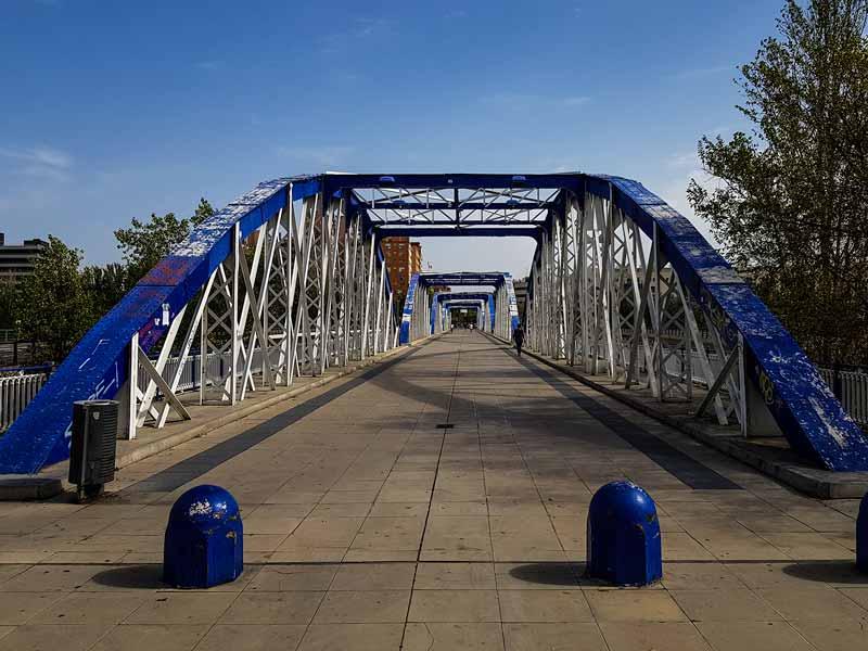 Entrada del puente de hierro de Zaragoza