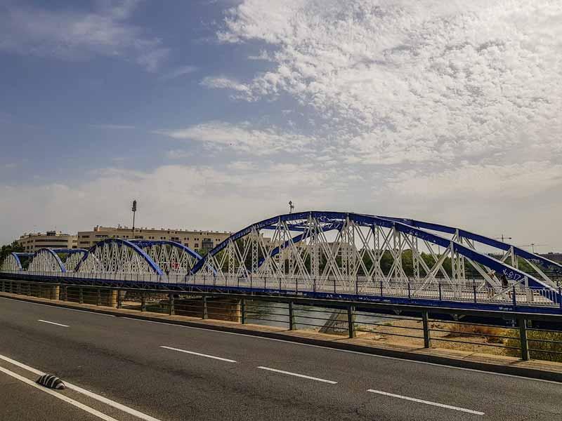 Lateral del puente de hierro de Zaragoza