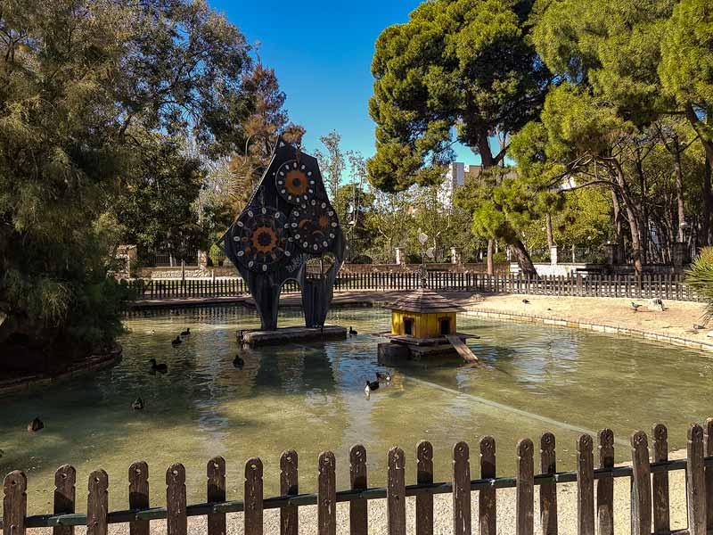 Reloj clepsidra del estanque del jardín botanico de Zaragoza