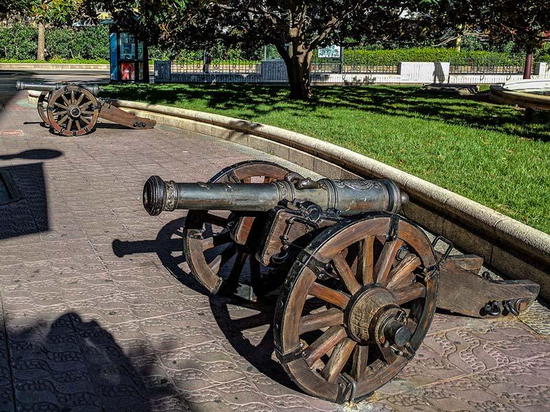 Cañones de los Sitios de Zaragoza localizados en Glorieta Sasera
